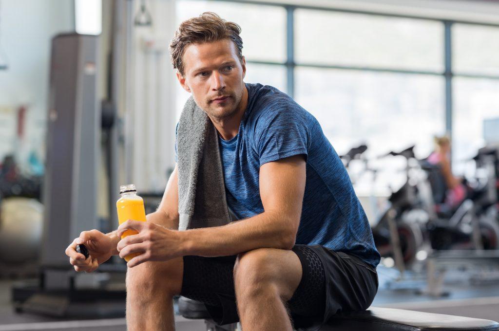 homme sportif boit un jus de fruits
