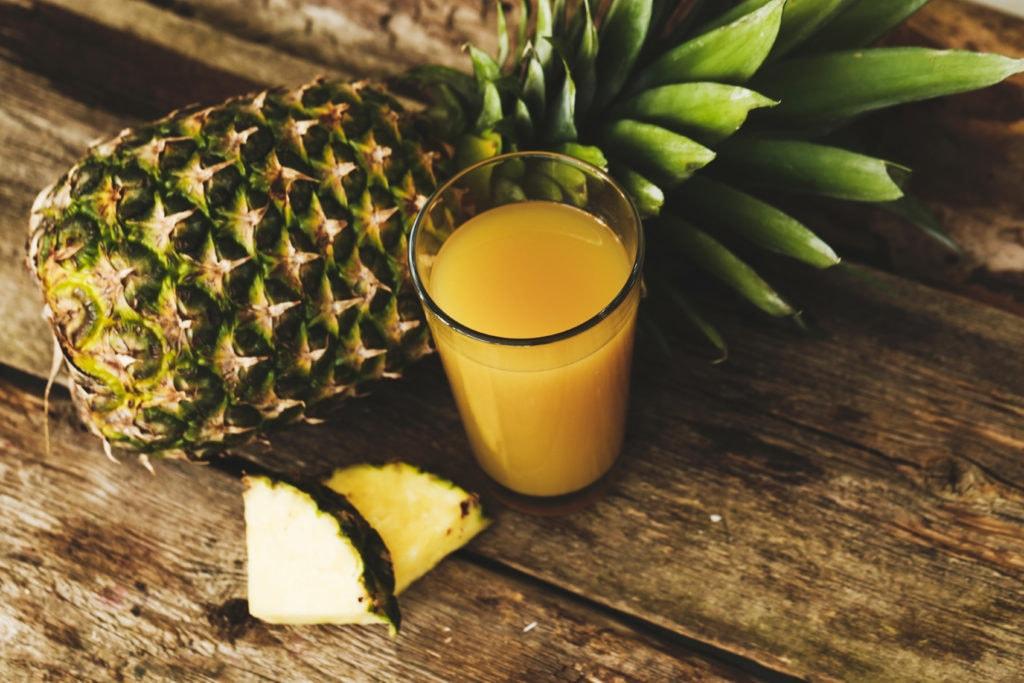 ananas pressé dans un verre