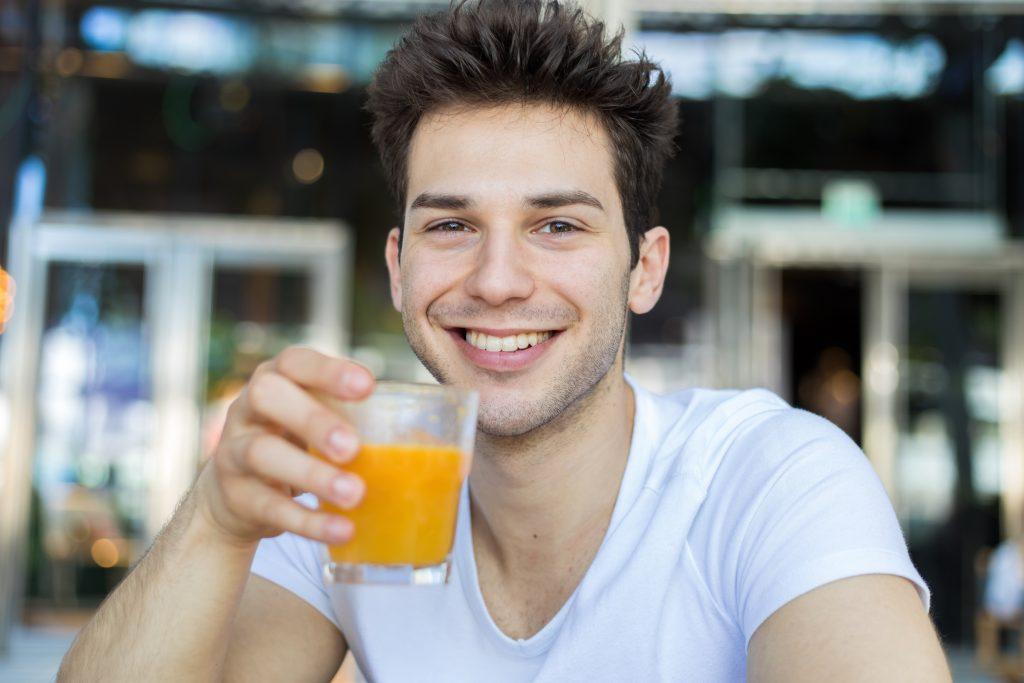 le jus de fruits peut-il abimer les dents