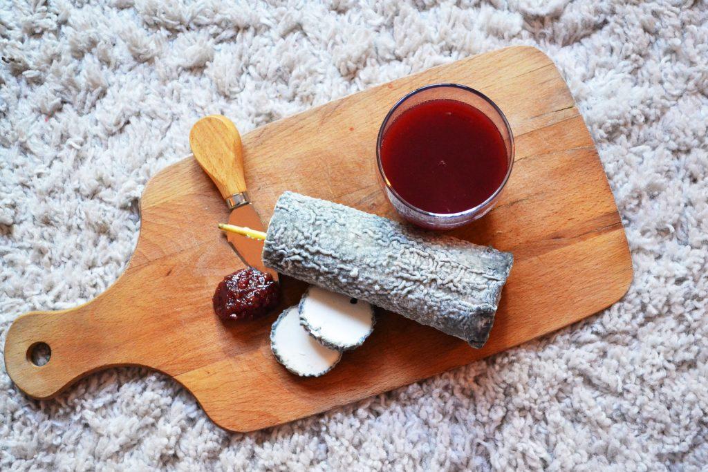 plateau de fromage avec du jus de fruit