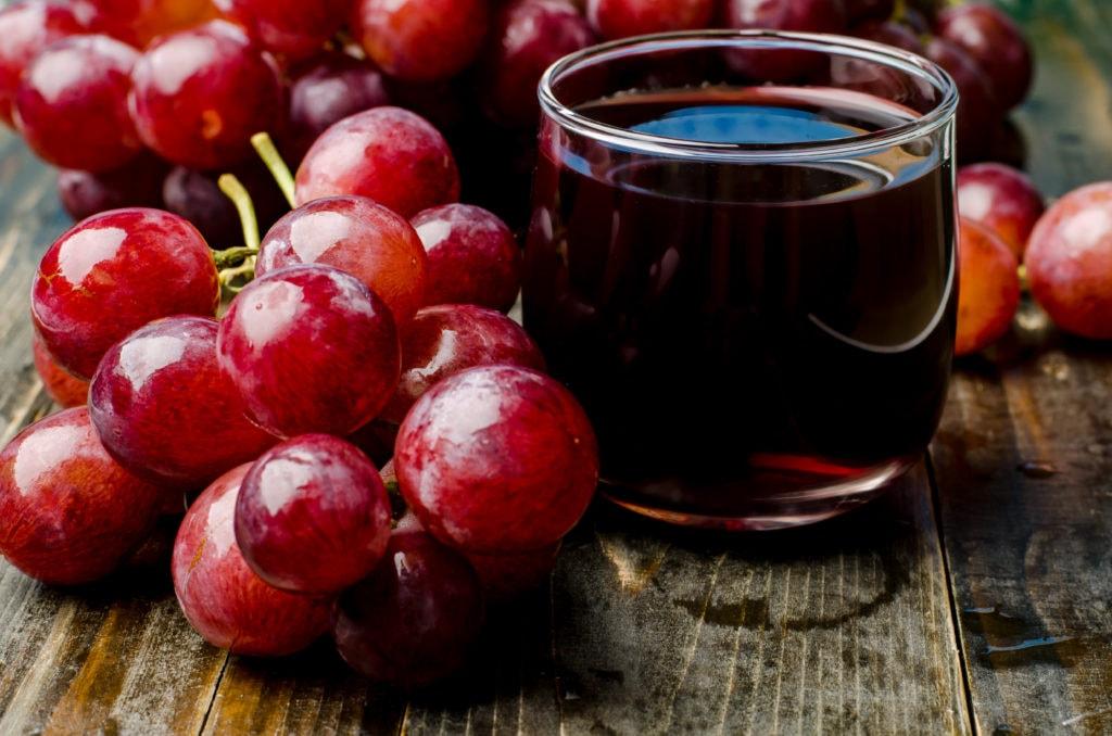 Jus de raisin dans un verre