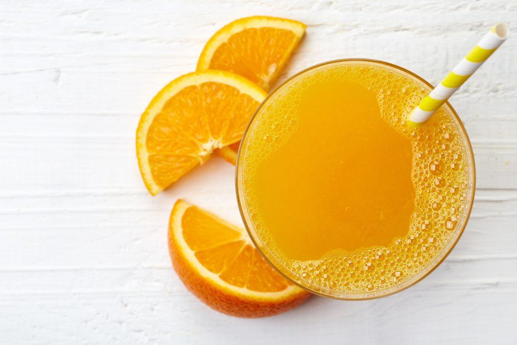 nectars d'orange dans un verre avec paille