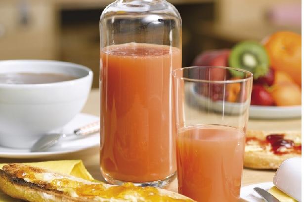 un jus de fruits pour le petit-déjeuner