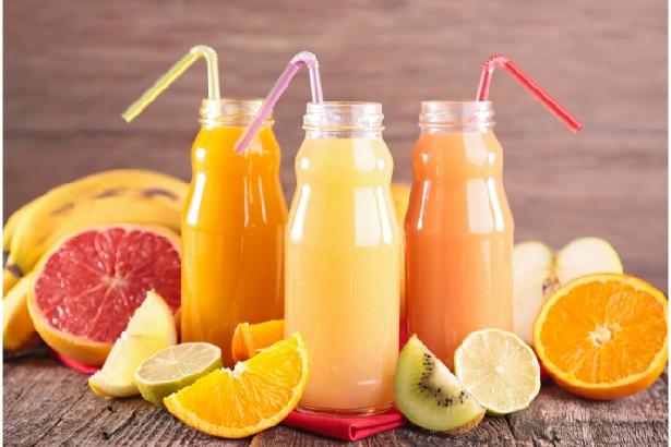 trois bouteilles de jus de fruits