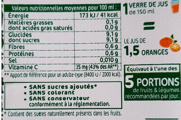 une étiquette sur une bouteille de jus de fruit